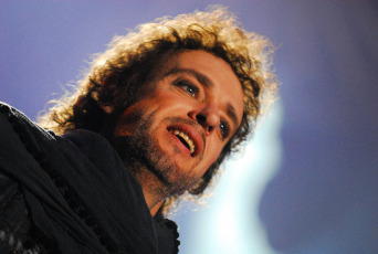 Buenos Aires.- On May 15, 2010 he was admitted for a decompensation after presenting his show in Caracas, Venezuela. After the show, Cerati had gone to the Moulin Rouge club, located on Francisco Solano López de Sabana Grande Avenue, where he suffered a stroke. He had to be transferred to the La Trinidad Teaching Medical Center at the end of his presentation at the Simón Bolívar University soccer field. It was learned on May 18 that it was really a stroke (stroke) .However, he was later surgically intervened due to the severity of the condition, and one of the doctors who treated him said that