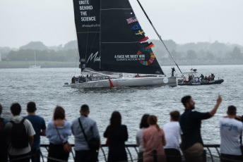 New York, USA.- The 16-year-old Swedish activist, Greta Thunberg, sails on the Malizia II racing yacht in the port of New York. The young woman, who refused to travel by plane to avoid polluting emissions, arrived from the United Kingdom and was received by the United Nations Organization (UN) with a fleet of 17 sailboats.