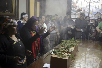 ARCHIVE. The remains of two Mapuche chiefs, during a ritual where they were restored to their community at the Museum of Natural Sciences of La Plata on October 10, 2017, where they found themselves. They were buried in the city of Tapalqué and the remains of two other original inhabitants were handed over to the Lonkos Council of the Rankulche communities of La Pampa.