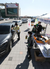 YONGIN, SOUTH KOREA - Vehicles line up at Yongin City Hall, south of Seoul, South Korea on April 8, 2020. The municipal government has installed a self-service market for agricultural products as part of efforts to support those affected by the outbreak of the novel Covid-19 coronavirus. (NO RESALE)